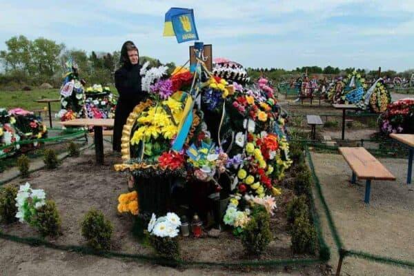 Grave of Starokostiantyniv Serhiy Bondarchuk, Euromaidan, May 2104