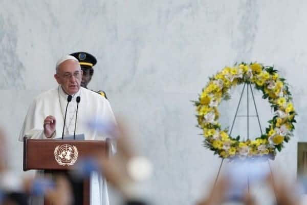 The pope on stage before staff members of the UN. LI MUZI/UN PHOTO